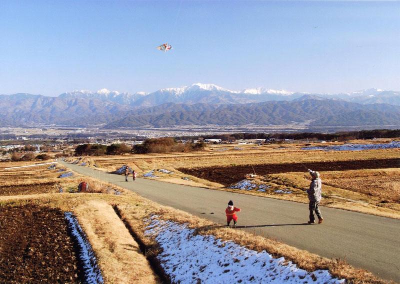 雄大な南アルプスと一緒に、子どもたちが凧あげを楽しむ姿も見ることができます。【時期:1月初旬/場所:西箕輪与地】