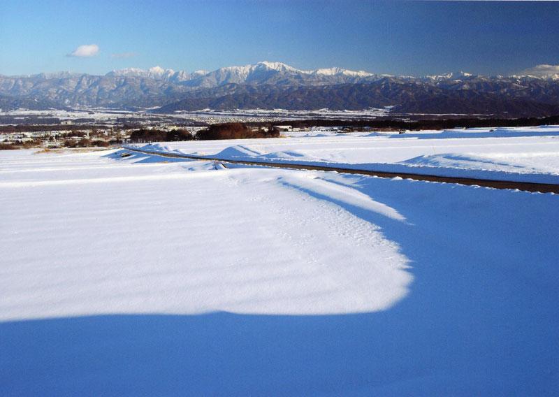 一面に広がる雪景色から、南アルプスの山々を見ることができます。【時期:2月中旬/場所:西箕輪与地】